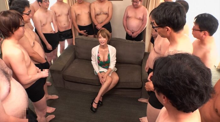 ショートカット巨乳の君島みおさんが大勢の汁男優に囲まれる(AV「ドリシャッ!!」)