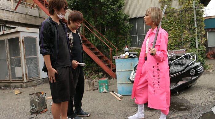 金髪ショートカットの武闘派ヤンキーAIKAさんが、ピンクの特攻服と木刀で気合入れ(AV「ヤンキー娘のマジ性教育」)