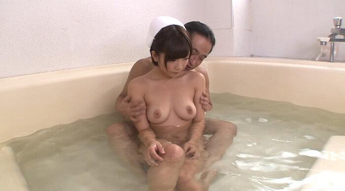 ショートカットの紗倉まながナースに扮し老人と混浴(AV「全力ご奉仕ナース」)